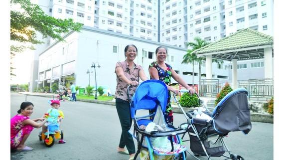 Cư dân đi dạo buổi chiều trong một dự án nhà ở xã hội tại huyện Bình Chánh,TPHCM. Ảnh: CAO THĂNG