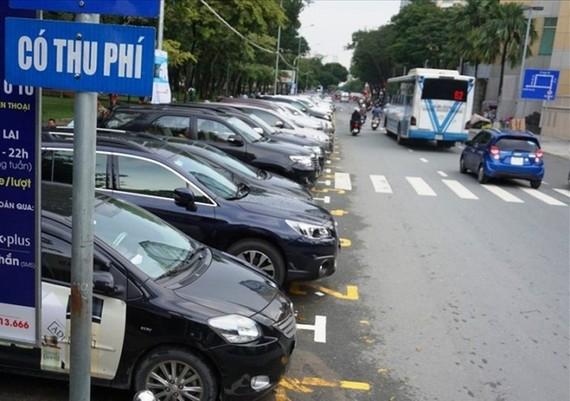 TPHCM: Tiếp tục thu phí sử dụng tạm thời lòng đường để đỗ xe ô tô