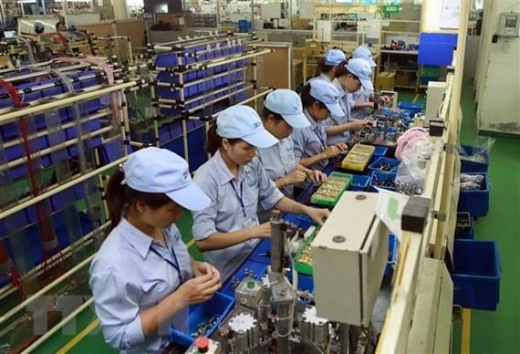 Hoạt động sản xuất tại Công ty TNHH Công nghiệp Minda Việt Nam (khu công nghiệp Bình Xuyên). (Ảnh: Hoàng Hùng/TTXVN)