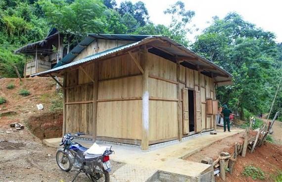 Bàn giao căn nhà mới kiên cố cho một hộ nghèo. (Nguồn: TTXVN)