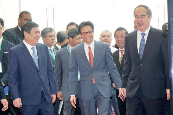 Lãnh đạo TPHCM và đại diện Chính phủ cùng các đại biểu tham dự Diễn đàn Kinh tế TPHCM. Ảnh HOÀNG HÙNG