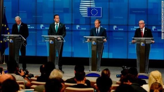 Các nhà lãnh đạo EU tham dự họp báo sau khi thông qua thỏa thuận. (Ảnh: AFP/Getty)