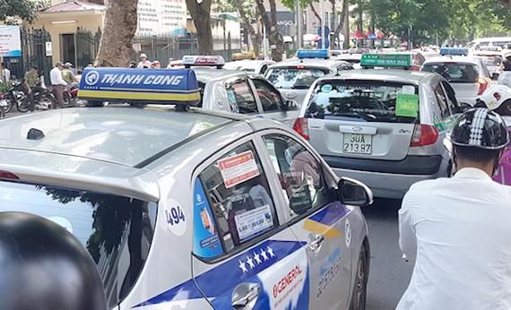 """Bổ sung quy định cho phép taxi được quyền lựa chọn có hộp đèn với chữ """"TAXI"""" gắn cố định trên nóc xe hoặc niêm yết dán cố định cụm từ """"XE TAXI"""" trên kính. Ảnh minh hoạ."""