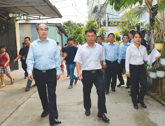 Bí thư Thành ủy TPHCM Nguyễn Thiện Nhân tìm hiểu tình hình xây dựng trái phép ở quận Thủ Đức.