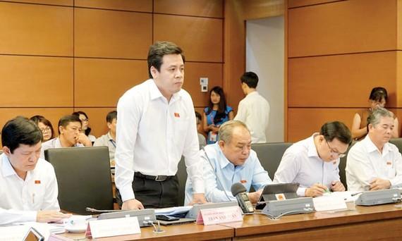 ĐB Trần Anh Tuấn (TPHCM) phát biểu tại phiên thảo luận tổ. Ảnh: Viết Chung