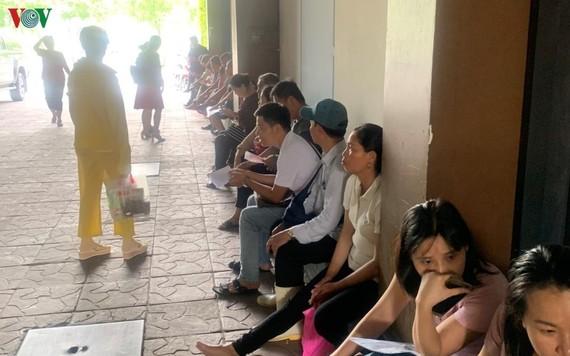 Ngày 21/10, nhiều nhà cung cấp đã đếntrụ sở của công ty mẹ của Công ty TNHH Nhà hàng Món Huế tạiđịa chỉ 302 - 304 đường Võ Văn Kiệt, phường Cô Giang, quận 1, TPHCM để tố cáo doanh nghiệp này nợ tiền nhiều tháng không trả.
