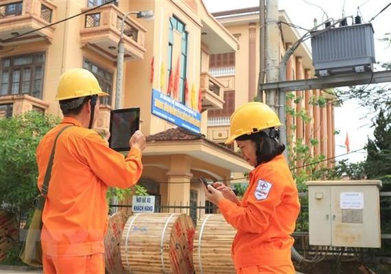 Nhân viên Công ty Điện lực Quảng Trị (Tổng Công ty Điện lực miền Trung) thu thập, cập nhật dữ liệu thông tin khách hàng dùng điện trên địa bàn thành phố Đông Hà. (Ảnh: Ngọc Hà/TTXVN)