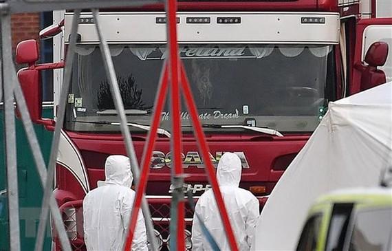 Cảnh sát điều tra tại hiện trường xe container chứa 39 thi thể ở Khu công nghiệp Waterglade thuộc Grays, phía Đông London, Anh ngày 23/10/2019. (Nguồn: AFP/TTXVN)