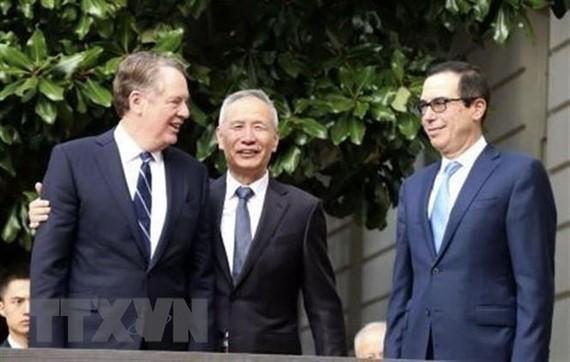 Đại diện Thương mại Mỹ Robert Lighthizer, Phó Thủ tướng Trung Quốc Lưu Hạc và Bộ trưởng Tài chính Mỹ Steven Mnuchin trước vòng đàm phán thương mại ở Washington, DC ngày 10/10/2019. (Nguồn: Kyodo/TTXVN)