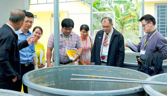 Các chuyên gia quốc tế tìm hiểu hoạt động ở Khoa Nông nghiệp Thủy sản của nhà trường.