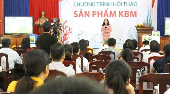 Bà Trần Thị Thu Nga, Chủ tịch Hội nghề ca tỉnh Bến Tre chia sẻ tính năng của chế phẩm KBM đến với nông dân huyện Thạnh Phú tại hội thảo vào chiều 30-10. Ảnh: PHONG LAM