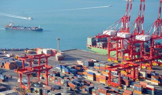 Hàng hóa được xếp tại cảng ở Busan của Hàn Quốc. (Ảnh: AFP/TTXVN)