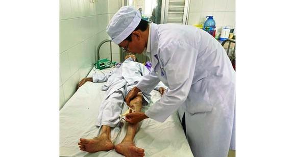 Bác sĩ chăm sóc cho cụ bà 104 tuổi sau khi phẫu thật thành công