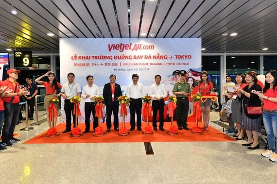 Ông Nguyễn Đức Thịnh cùng Phó Chủ tịch thường trực UBND TP.Đà Nẵng Đặng Việt Dũng (giữa) và lãnh đạo của các đơn vị hoạt động tại sân bay quốc tế Đà Nẵng cắt băng khai trương đường bay thứ 5 của Vietjet đến Nhật Bản