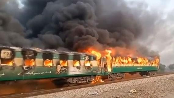 Tàu hỏa bị cháy. (Nguồn: oneindia)