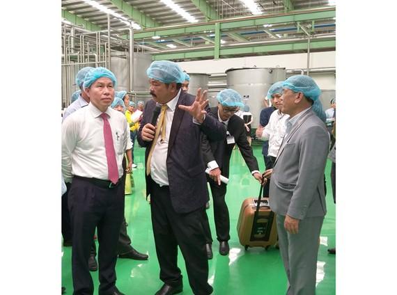 Ông Lê Tiến Châu - Chủ tịch UBND tỉnh Hậu Giang (bìa trái) tìm hiểu hoạt động của doanh nghiệp trên địa bàn.