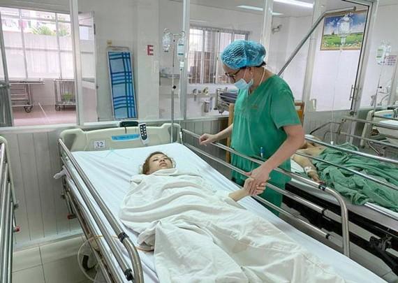 Các bác sĩ chăm sóc cho bệnh nhân sau khi phẫu thuật thành công