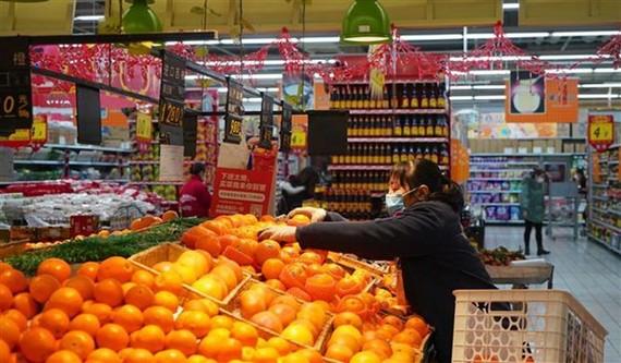 Nhân viên sắp xếp hoa quả tại siêu thị ở Nam Xương, tỉnh Giang Tây, Trung Quốc ngày 30/1/2020. (Ảnh: THX/TTXVN)