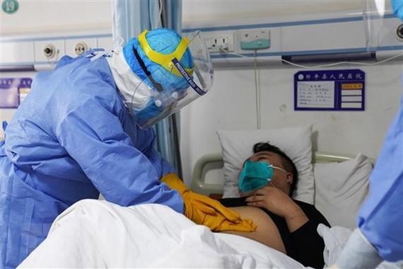 Điều trị cho bệnh nhân nhiễm virus corona tại một bệnh viện ở Sơn Đông, Trung Quốc ngày 28/1/2020. (Ảnh: AFP/TTXVN)