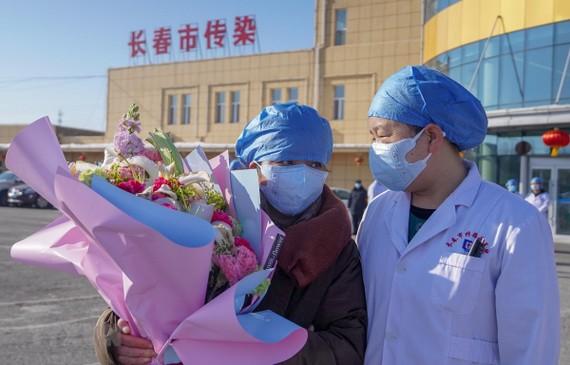 Bệnh nhân nhiễm virus corona (trái) được xuất viện sau khi điều trị tại bệnh viện ở Trường Xuân, tỉnh Cát Lâm, Trung Quốc, ngày 30/1/2020. (Ảnh: THX/TTXVN)
