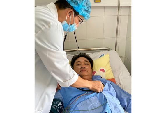 Bác sĩ chăm sóc cho bệnh nhân sau khi cấp cứu thành công