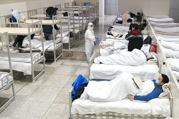 Bệnh nhân nhiễm virus corona chủng mới được điều trị tại bệnh viện dã chiến ở Vũ Hán, tỉnh Hồ Bắc, Trung Quốc, ngày 5/2/2020. (Nguồn: THX/TTXVN)