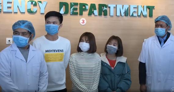 Các bệnh nhân trong ngày ra viện. (Ảnh: PV/Vietnam+)
