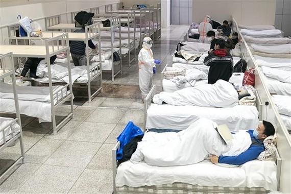 Bệnh nhân nhiễm virus corona chủng mới được điều trị tại một bệnh viện dã chiến ở Vũ Hán, Trung Quốc ngày 5/2/2020. (Ảnh: THX/TTXVN)
