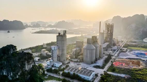 Cùng với sản xuất thép, xi măng đang là ngành tiêu tốn nhiều điện nhất. Ảnh: VIẾT CHUNG