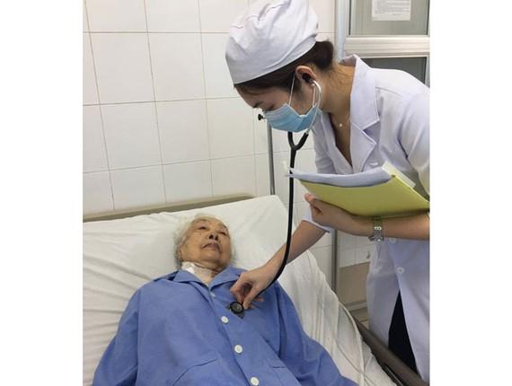 Bác sĩ chăm sóc cho bà cụ 98 tuổi sau khi điều trị thành công