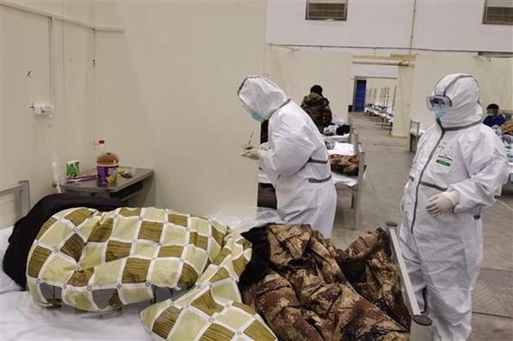 Nhân viên y tế điều trị cho bệnh nhân nhiễm virus corona chủng mới tại Vũ Hán, tỉnh Hồ Bắc, Trung Quốc, ngày 8/2/2020. (Ảnh: THX/ TTXVN)