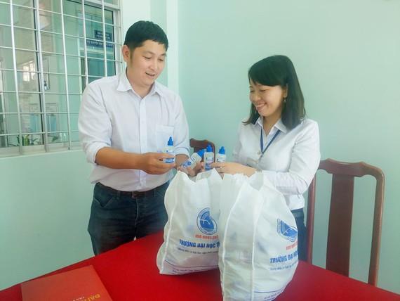 Sinh viên Trà Vinh điều chế nước rửa tay khô sát khuẩn