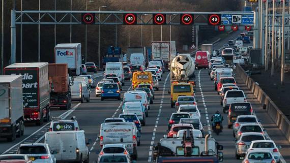Anh: Cấm bán xe chạy bằng xăng và dầu diesel vào năm 2032