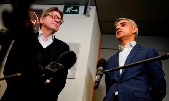 Ông Sadiq Khan (bên phải) trả lời các câu hỏi của nhà báo ngày 18/2. (Nguồn: Getty Images)
