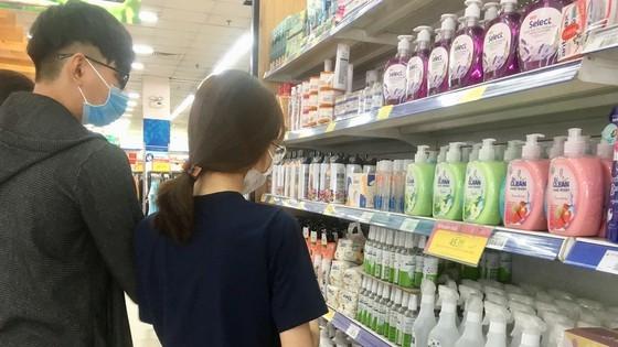 Khách tìm mua nước rửa tay sát khuẩn (chiều 18-2) tại siêu thị Co.opmart trên đường Nguyễn Ảnh Thủ, quận 12