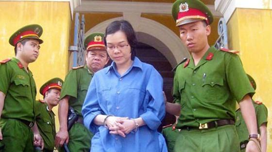 Huỳnh Thị Huyền Như bị đưa về trại tạm giam sau một phiên xét xử