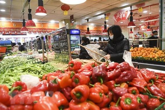 Người dân mua sắm tại một siêu thị ở Trùng Khánh, Trung Quốc ngày 5/2/2020. (Nguồn: THX/TTXVN)