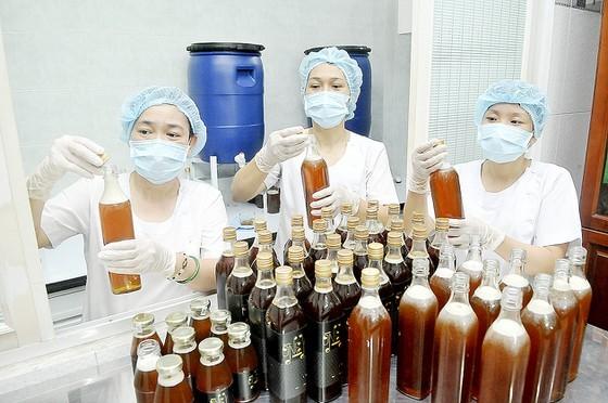 Sản xuất mật ong xuất khẩu tại một doanh nghiệp ở TPHCM. Ảnh: CAO THĂNG
