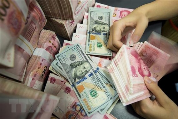 Kiểm đồng 100 nhân dân tệ tại ngân hàng ở Bắc Kinh, Trung Quốc. (Ảnh: AFP/TTXVN)