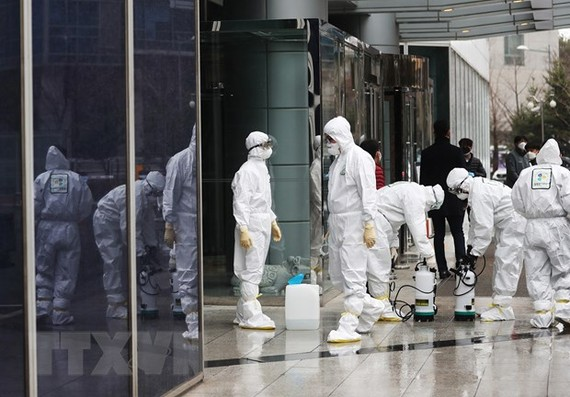 Phun thuốc khử trùng ngăn chặn sự lây lan của dịch COVID-19 tại Seoul, Hàn Quốc ngày 25/2. (Ảnh: Yonhap/TTXVN)