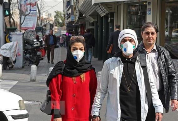 Người dân Iran đeo khẩu trang phòng dịch viêm đường hô hấp cấp COVID-19 tại Tehran ngày 24/2/2020. (Nguồn: AFP/TTXVN)