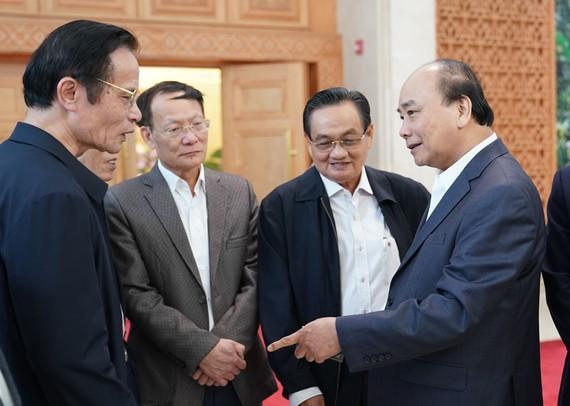 Thủ tướng Nguyễn Xuân Phúc trao đổi với các đại biểu. Ảnh: Viết Chung