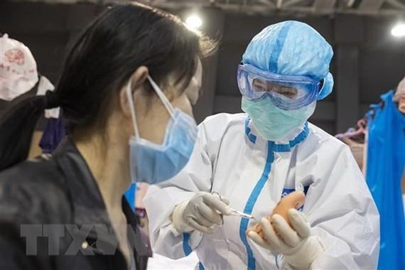 Bệnh nhân nhiễm COVID-19 được điều trị tại bệnh viện ở Vũ Hán, tỉnh Hồ Bắc, Trung Quốc, ngày 25/2/2020. (Ảnh: THX/TTXVN)