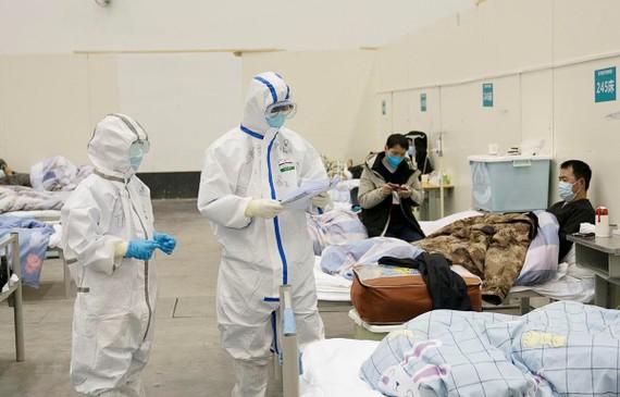 Bệnh nhân nhiễm COVID-19 được điều trị tại bệnh viện ở Vũ Hán, tỉnh Hồ Bắc, Trung Quốc. (Ảnh: THX/TTXVN)