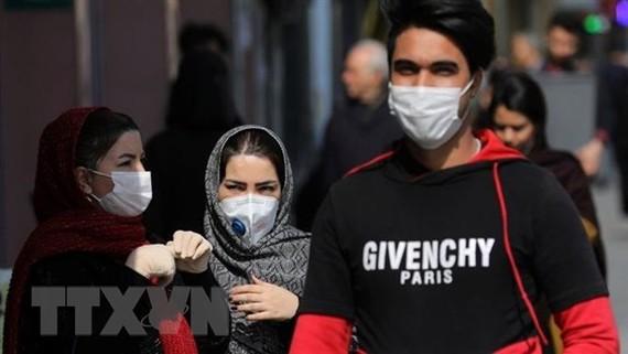 Người dân đeo khẩu trang đề phòng lây nhiễm virus SARS-CoV-2 tại Tehran, Iran ngày 23/2/2020. (Nguồn: AP/TTXVN)