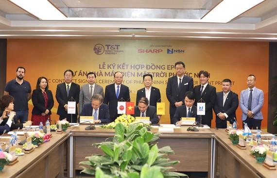 Đại diện CTCP Công nghiệp Năng lượng Ninh Thuận và Liên danh đối tác Sharp – NSN ký hợp đồng EPC dự án nhà máy điện mặt trời Phước Ninh.