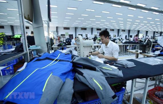 Dịch bệnh COVID-19 đã ảnh hưởng tới chuỗi cung ứng toàn cầu, trong đó có thị trường nguyên phụ liệu dệt may của Việt Nam. (Ảnh: Phạm Kiên/TTXVN)