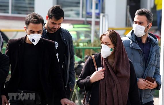 Người dân đeo khẩu trang phòng tránh dịch COVID-19 tại Tehran, Iran, ngày 22/2. (Ảnh: AFP/TTXVN)