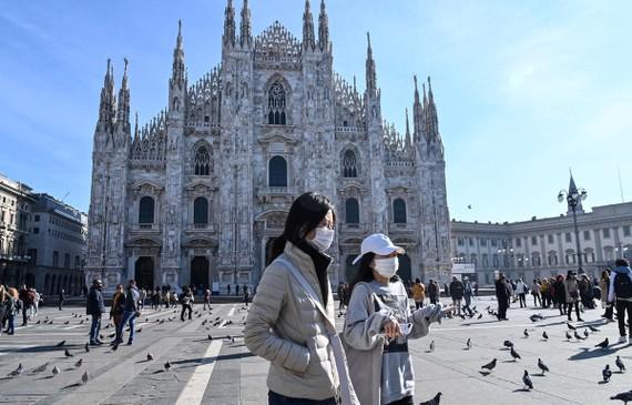 Đeo khẩu trang phòng lây nhiễm dịch viêm đường hô hấp cấp COVID-19 ở Duomo, Milan, Italy ngày 24/2/2020. (Ảnh: AFP/TTXVN)