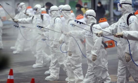 Hàn Quốc huy động quân đội thực hiện các chiến dịch khử trùng để chống chọi dịch Covid-19. Ảnh:AP.